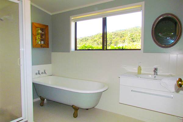 B&B Lodging in the Coromandel - Jacaranda Lodge - Shared Bathroom